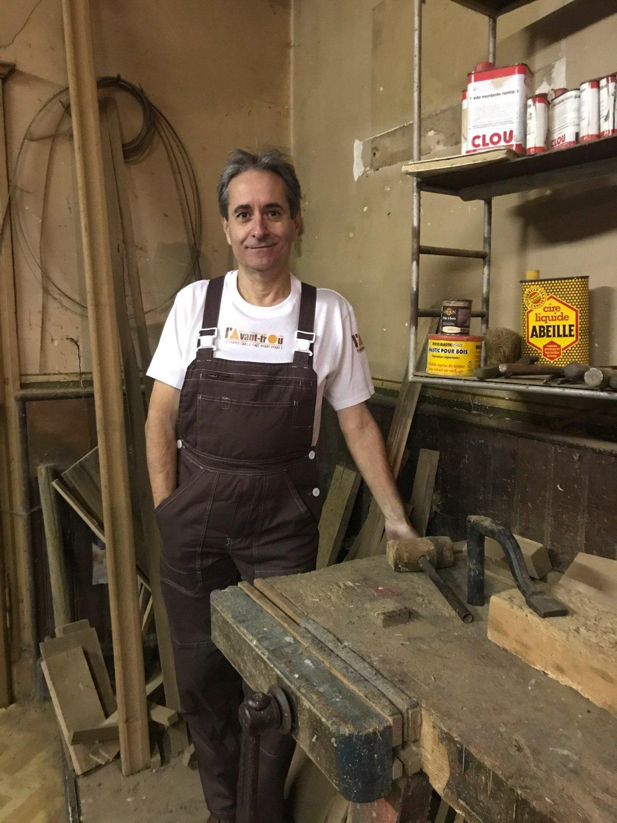 Se tenant debout, devant l'établi de menuisier de son grand-père maternel, Didier Bazard, l'inventeur du foret l'Avant-trou, cet outil de pré-perçage breveté et innovant.